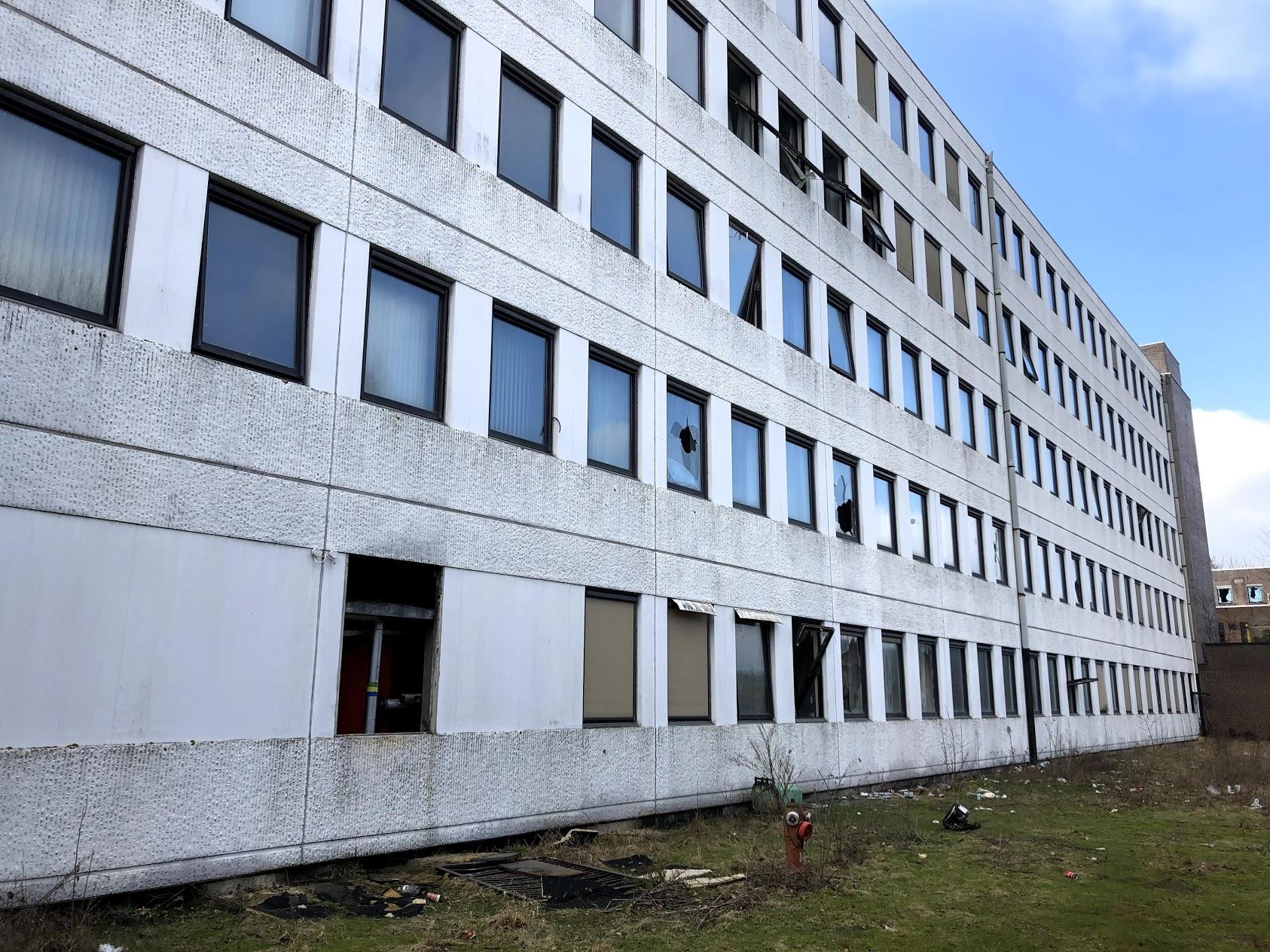 Des bâtiments squattés et vandalisés deviennent une décharge publique.
